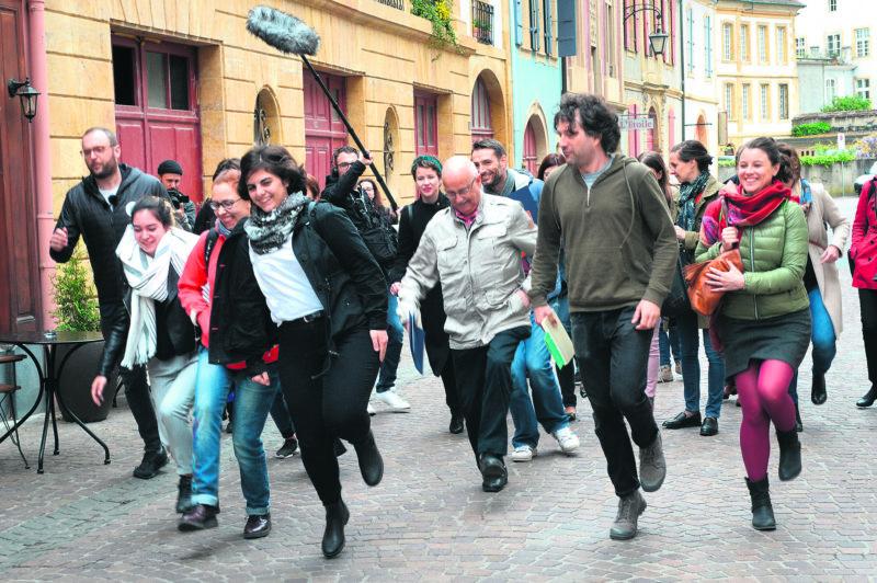 Au nom du développement durable, le guide d'un jour a demandé au public d'économiser une semelle en marchant sur un pied au centre-ville. © Michel Duperrex
