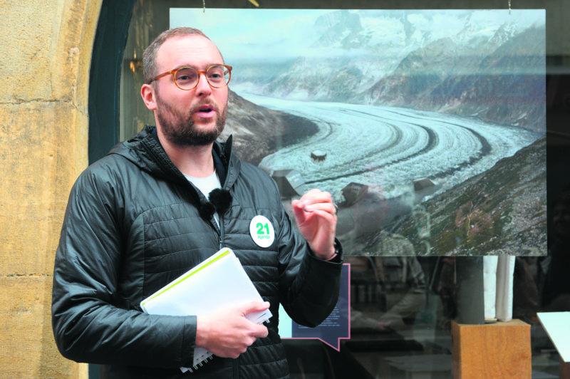 Bertrand Tappy, comédien, a organisé une visite guidée de l'exposition des photos de Dario Lanfranconi mise en place par l'Agenda 21.