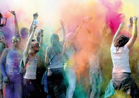 Des poudres de couleurs ont été jetées dans les airs pour une performance artistique de l'école Tendance. © Nadine Jacquet