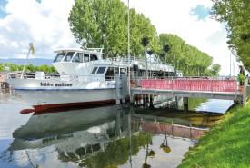 Pour la première fois depuis 2010, un bateau de ligne sera amarré dans la Thièle. Il s'agit d'«Idee Suisse», qui avait servi de studio flottant à la RTS durant Expo.02. C'est l'embarcation la plus récente de la flotte de la LNM. © Carole Alkabes