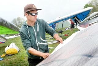 Damien Zahn, de Renens, prépare son aile avant de prendre les airs. © Michel Duperrex