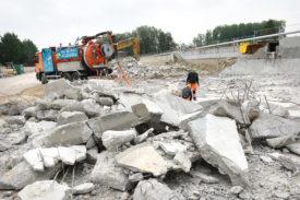 Les travaux de démolition du premier bassin de la STEP de 1957 n'ont pu débuter qu'en avril, car il a d'abord fallu évacuer l'amiante. © Michel Duperrex