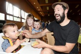 Andrea et Kathrin Dobler étaient venus de Renens avec leurs deux enfants, Bruno (à g.) et Oscar (à dr.). © Michel Duperrex