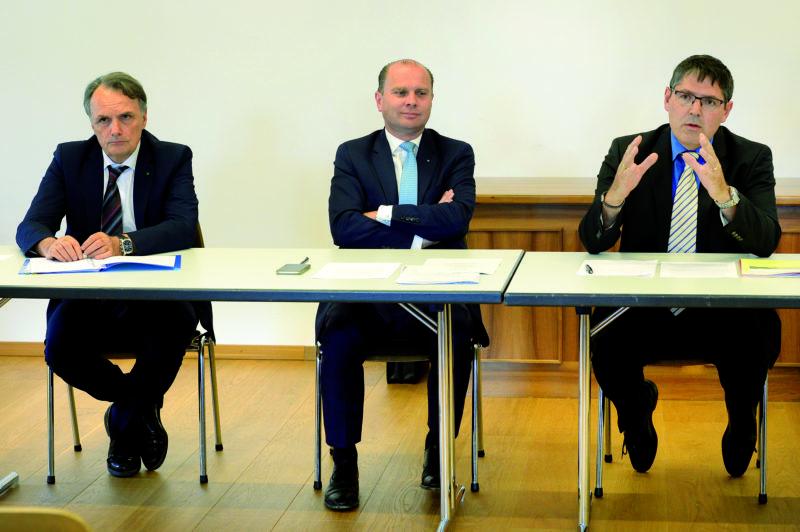 Mario Gattiker, secrétaire d'Etat aux migrations, Philippe Leuba, chef du Département de l'économie, de l'innovation et du sport, et Stéphane Costantini, syndic de Vallorbe, ont présenté la convention spéciale signée entre les autorités. © Michel Duperrex