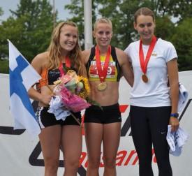 Elodie Jakob en or, entourée de la Finlandaise du CARE Vevey Jutta Heinonen, deuxième à plus de 600 points, et de la Schaffhousoise Annina Fahr, troisième à 1000 points de l'Yverdonnoise. © Loane Monge