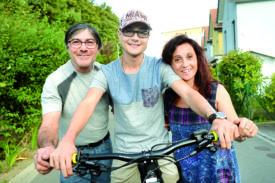 Les parents de Manuel Casimo (au centre), Rosario et Tina, entourent leur fils au quotidien depuis la découverte de son cancer des os, en 2013. «Il est incroyablement fort face à tout ce qui lui arrive. C'est lui qui nous entraîne et nous aide à aller de l'avant, confie sa maman. C'est important que nous gardions cet état d'esprit pour lui.» © Michel Duperrex