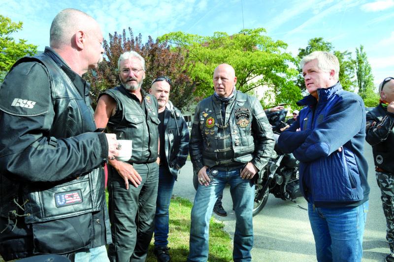Le directeur de l'EMS Dominique Willer (à dr.) a pu constater que les bikers ne sont pas de simples motards. Ce sont avant tout une bande d'amis. © Michel Duperrex