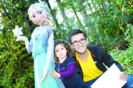 Pour accueillir dignement sa 5000e habitante, la Commune de Chavornay a offert une amie en or à Méline Bonhoure. Depuis jeudi dernier, la fillette et la reine des neiges sont inséparables, assure son papa Nicolas Bonhoure.