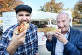 Jonathan Saber, gérant du restaurant Oh My!, et Jean-Pierre Masclet, président de l'Association des cartons et jardins du cœur. © Michel Duperrex