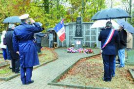Moment très solennel que celui où les hymnes français, suisse et européen ont retenti dans le petit cimetière de Ballaigues.