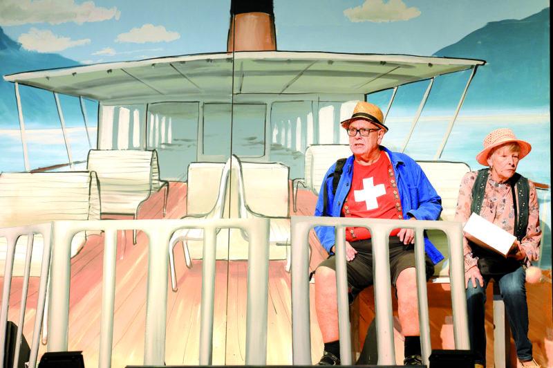 Autre beauté du spectacle: les décors. Ici Denis Meylan, alias Bouillon, et Annie Mermoud sur le bateau qui les emmène à la Fête des Vignerons. © Michel Duperrex
