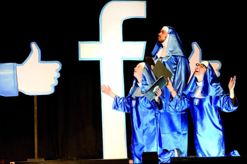Les fidèles followers, Ingrid Crisinel (à g.) et Anouk Déglon (à dr.), se sont mises à genoux devant Facebook, pendant que Jonathan Djourou Bugnon disait une prière. © Michel Duperrex