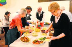 La Chorale de Mathod-Suscévaz a mis les petits plats dans les grands en proposant un buffet de plus de quinze salades à ses convives, avant le traditionnel plat de cornettes et saucisse aux choux.  © Michel Duperrex