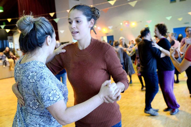 Vaïata Sourou Bron (à g.), correspondante pour La Région Nord vaudois, s'est initiée aux danses traditionnelles aux côtés d'une soixantaine d'autres participants, samedi après-midi.