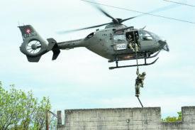 Deux hélicoptères du DARD sont intervenus à Chamblon. La mission  de leur équipage: sauver des villageois pris en otage par des terroristes.  @ Michel Duperrex