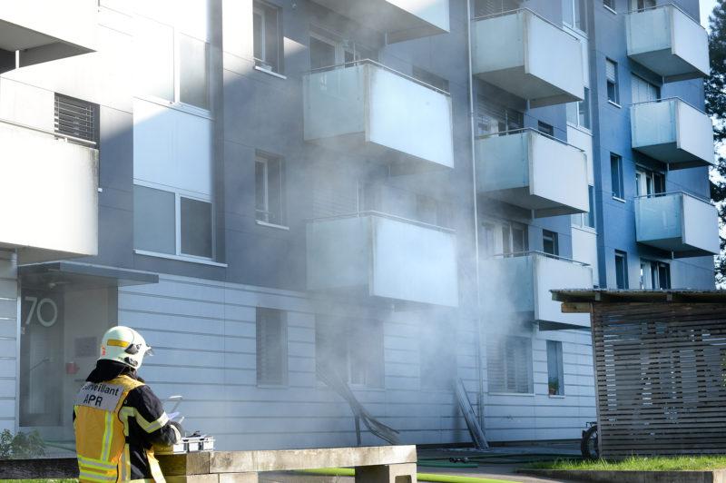Les pompiers ont dû procéder à l'aération du bâtiment, en raison d'un fort dégagement de fumée. © Michel Duperrex