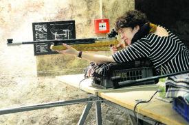 Carmen Tanner a brillamment remporté le concours de tir de la Municipalité organisé mercredi dernier dans les caves du château. © Michel Duperrex