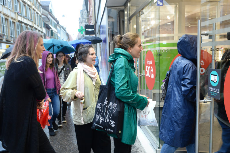 A 9 heures, vendredi matin, le collectif nord-vaudois pour la Grève des femmes s'est rendu dans les magasins du centre-ville pour aller à la rencontre des travailleuses. © Michel Duperrex