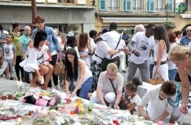 La marche blanche s'est terminée sur la place Pestalozzi. Comme lors du précédent hommage, lundi dernier, les participants ont déposé des fleurs et des peluches devant le Temple. Certaines personnes ont également écrit quelques mots en hommage à Kayla et à sa maman. ©Michel Duperrex