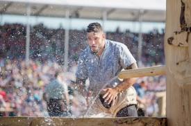 Après chaque passe de lutte, les athlètes ont pris d'assaut les trois fontaines en bois construites pour l'occasion dans l'Arène de la Broye. ©Simon Gabioud