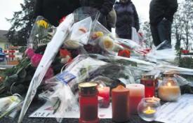 Fleurs, bougies et mots de sympathie ont recouvert le sol de la place Bel-Air.