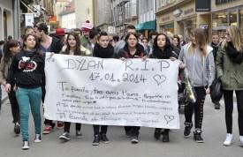 Des amis du défunt ont arboré une banderole rendant hommage à l'adolescent : «Ta famille et tes amis qui t'aiment.»