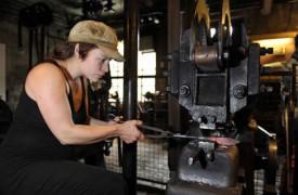 Emma se plaît à perpétuer un artisanat ancestral.