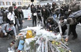 La marche blanche s'est terminée à la place Bel-Air, où de nombreuses bougies ont été déposées autour de l'autel en mémoire de D.