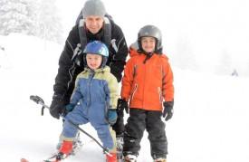 Nolan et Ryan apprennent à skier avec leur père Yannick Chablaix.