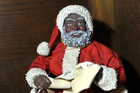 Un Père Noël afro-américain ramené des États-Unis.