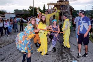 Les costumes colorés et le char de la Jeunesse de Champvent. ©Champi