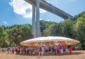 L'imposante structure en béton du viaduc a offert un cadre somptueux à la place de fête du Giron du Nord 2016. ©Simon Gabioud