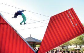 Et s'il fallait se plier à la danseuse? La compagnie de Satchie Noro et de Sylvain Ohl a présenté son spectacle «Origami», une performance qui s'inspire des techniques de l'art du pliage japonais. Un double jeu à couper le souffle entre les bascules d'un container et les mouvements intrépides d'une frêle danseuse. ©Michel Duperrex