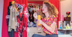 Du flacon à bulles aux habits «collectors» des années '80, la chambre d'Amandine lui ressemble : un univers coloré et vintage. ©Simon Gabioud