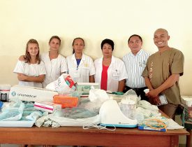 Marie Pasquali et Laura Di Pietrantonio (1re et 2e depuis la gauche) ont réuni une centaine de kilos de matériel médical qu'elles ont acheminé dans un hôpital malgache. ©DR
