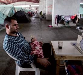 Les tentes du camp d'Oerokastro sont implantées sous le couvert d'un vaste entrepôt. Selon Aline Pellerin, les réfugiés redoutent beaucoup d'être «oubliés» dans ces structures. ©DR-Kristof Vadino