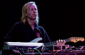 Le guitariste suédois Eivind Aarset se produira avec deux batteurs pour distiller une musique très influencée par le rock. ©Nomo