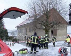 Les pompiers s'occupaient de l'extinction de l'incendie tandis que les gendarmes auditionnaient les victimes dans l'ambulance. ©Charles Baron