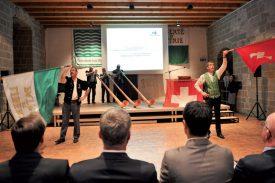 Groupe de cor des Alpes L'Echo des montagnes ainsi que les lanceurs de drapeaux Stéphane Lauper et Etienne Gaillard ont agrémenté de leurs performances la présentation du comité d'honneur. ©Carole Alkabes