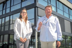 Cliris (ici l'assistante administrative Nicole Baertschi et le fondateur Didier Lutz) est en plein déménagement. ©Carole Alkabes