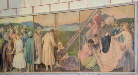 «Avant la Descente de Croix», 1954, (crayons de couleur sur papiers collés sur trois panneaux de bois) représente les deux disciples (au centre) qui s'apprêtent à décrocher Jésus. Louis Rivier a réalisé ce triptyque de 1,65m x 4,6m en huit mois environ. ©DR