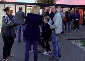 Entre 11h30 et 12h15, c'était le «rush» devant le bureau de vote. ©Bayron Schwyn