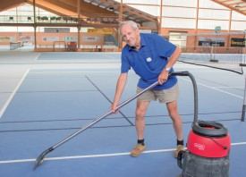 Jean-Claude Perrier, le fondateur du Centre sportif de Valeyre et son équipe ont passé leur dimanche à aspirer l'eau des courts intérieurs. ©Muriel Aubert