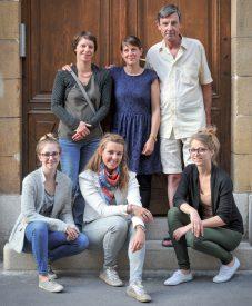 La présidente Marie-Charlotte Stark (au centre, en bas), entourée d'une partie des membres de l'association Les Incroyables Comestibles. ©Carole Alkabes