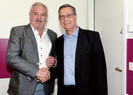 Président des EHNV jusqu'au 18 mai, André Perret (à g.) a passé la main à son successeur Bertrand Vuilleumier qui a gravi tous les échelons de l'hôpital. ©Michel Duperrex