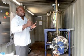 L'ingénieur Olivier N'Doki présente le processus de condensation. ©Michel Duperrex