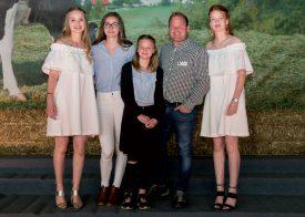 La famille Henchoz, avec Elodie, Charlotte, Lauriane, Pascal et Marine (de g. À dr.), à la fois hôte et récompensée. ©Gabriel Lado