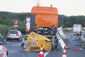 Le camion-tampon de la DGMR est hors d'usage en raison de la violence de l'impact. ©Raposo