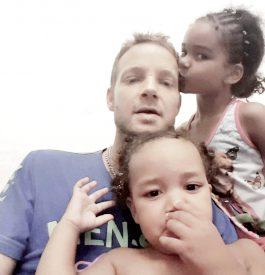Sylvain se trouve à Nice avec ses deux filles, Djulia, 5 ans (à dr.), et Kiméa, 2 ans. ©DR