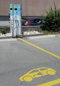 Une des bornes est disponible au parking public de l'Ancien Stand, proche de la gare CFF. ©JPW